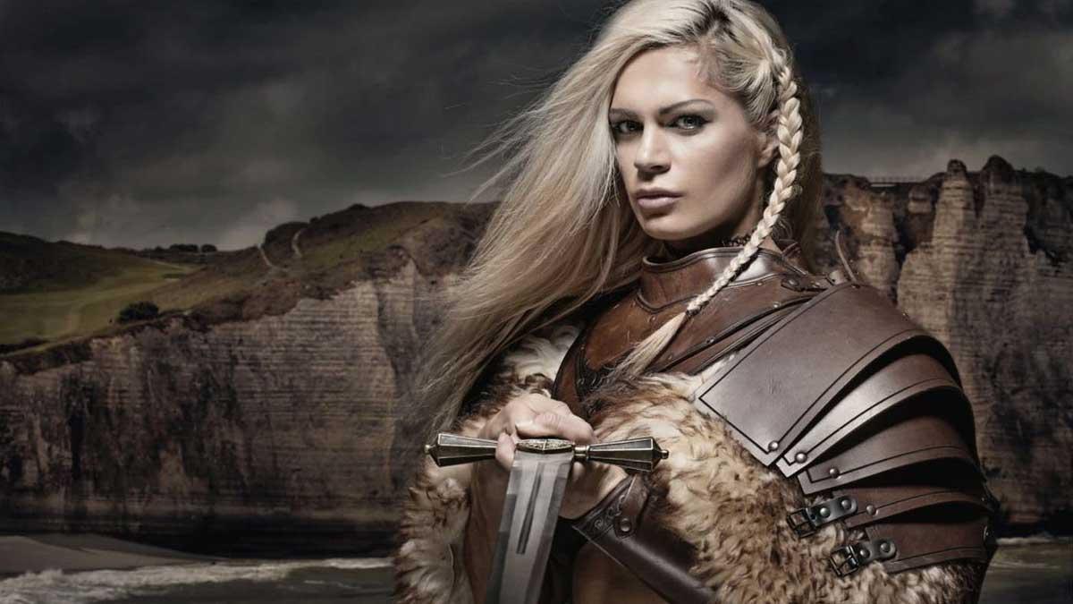 женщина викинг с мечом