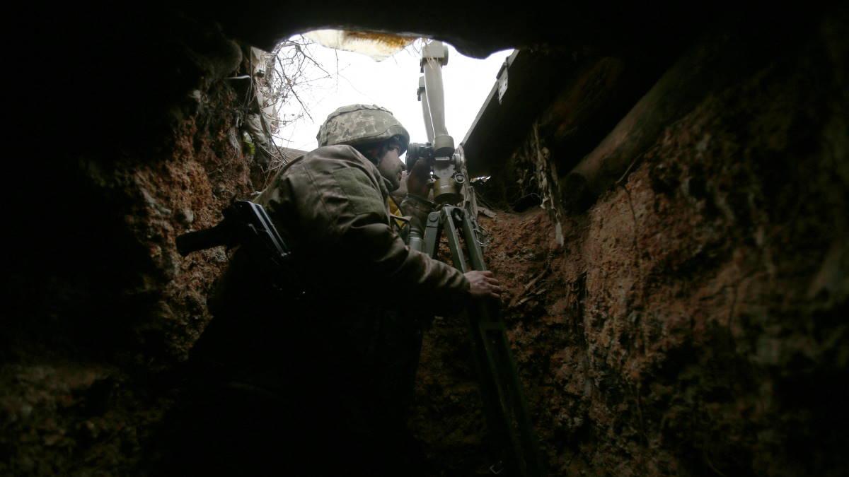 Украинский солдат в окопе