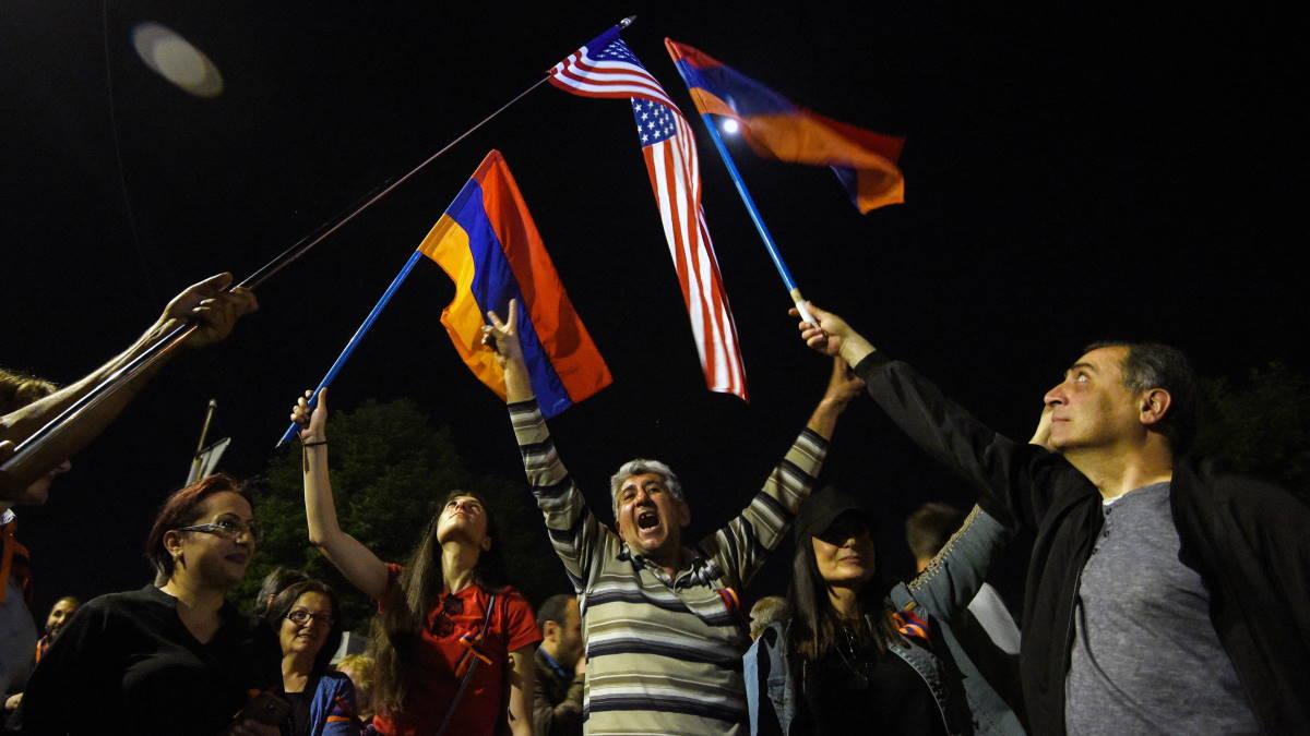 Люди собрались у здания посольства США в Ереване