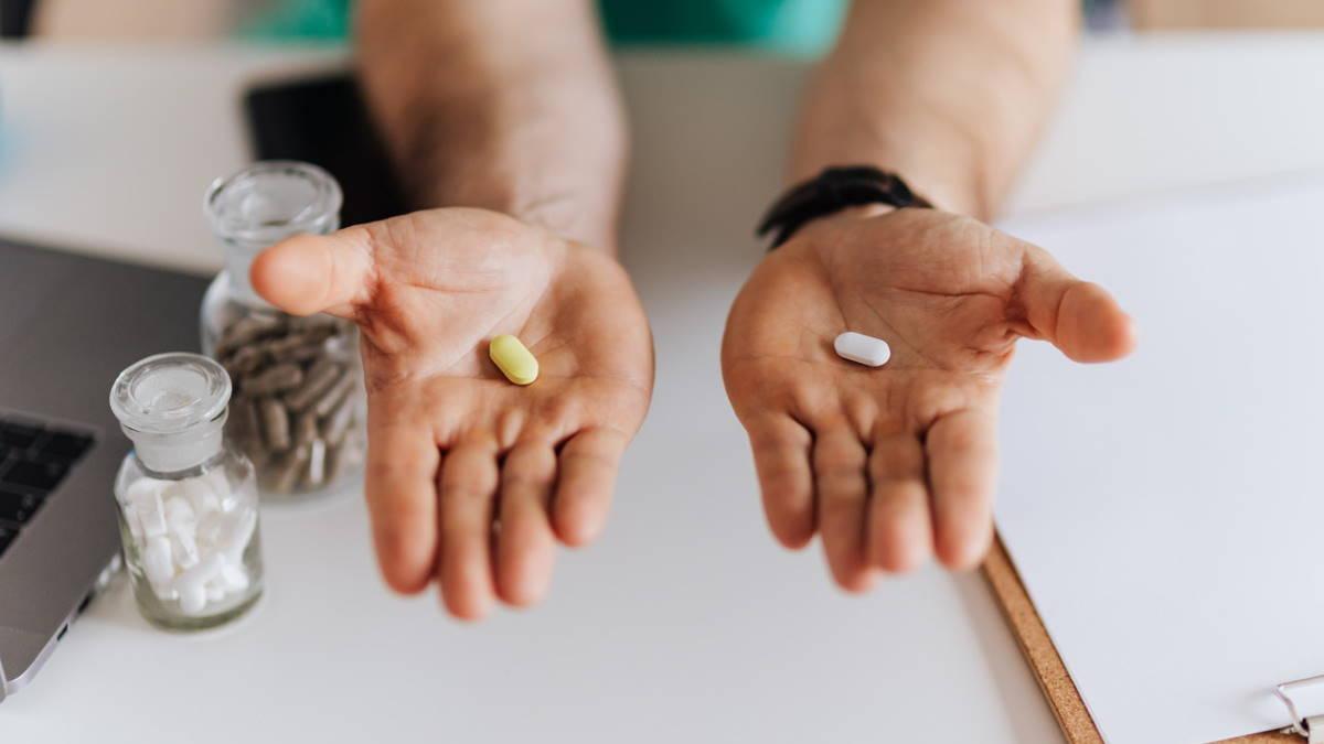 Две разные таблетки в руках врача