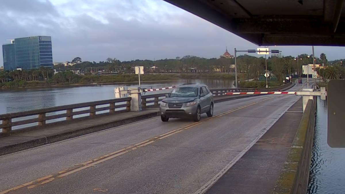 Водитель перепрыгнул разводной мост