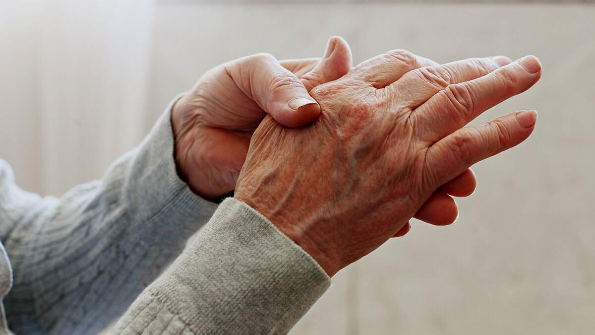 руки пожилого человека артрит болезнь суставов