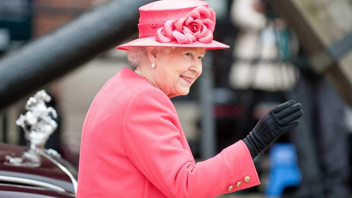 Британская королева Елизавета II машет рукой