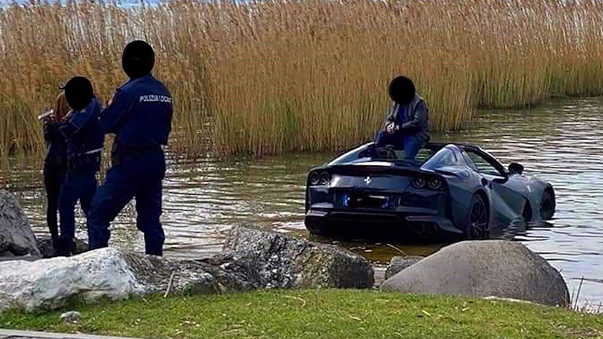 Ferrari в озере