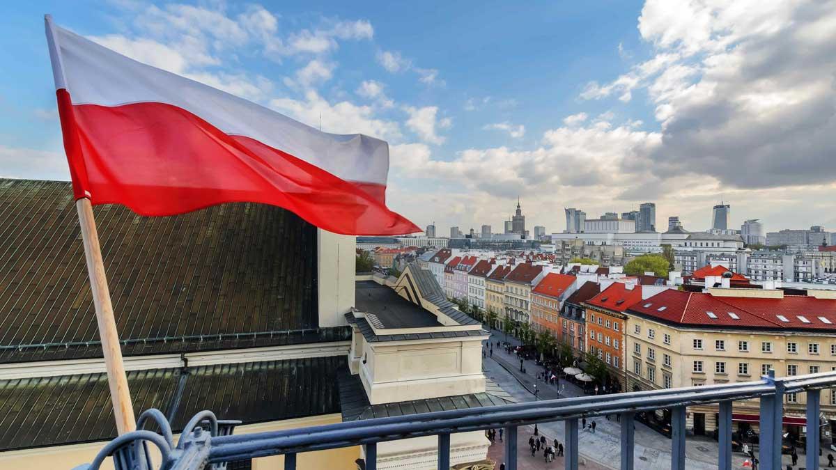 Флаг Польши в Голубом небе