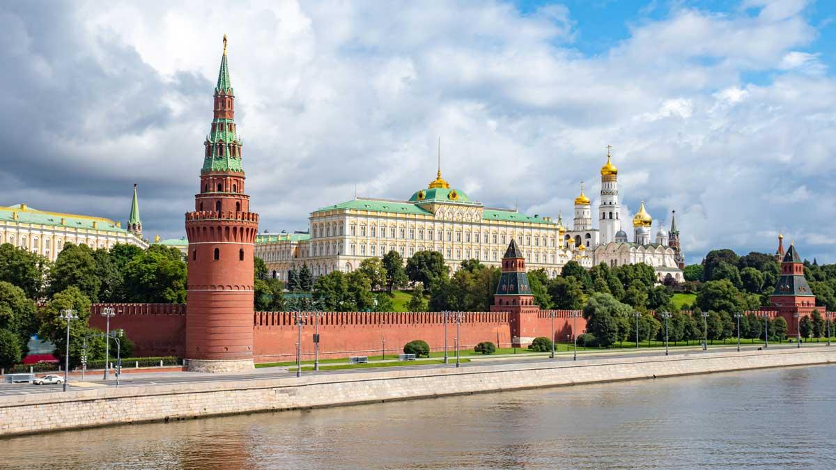 Кремль дорога деревья река