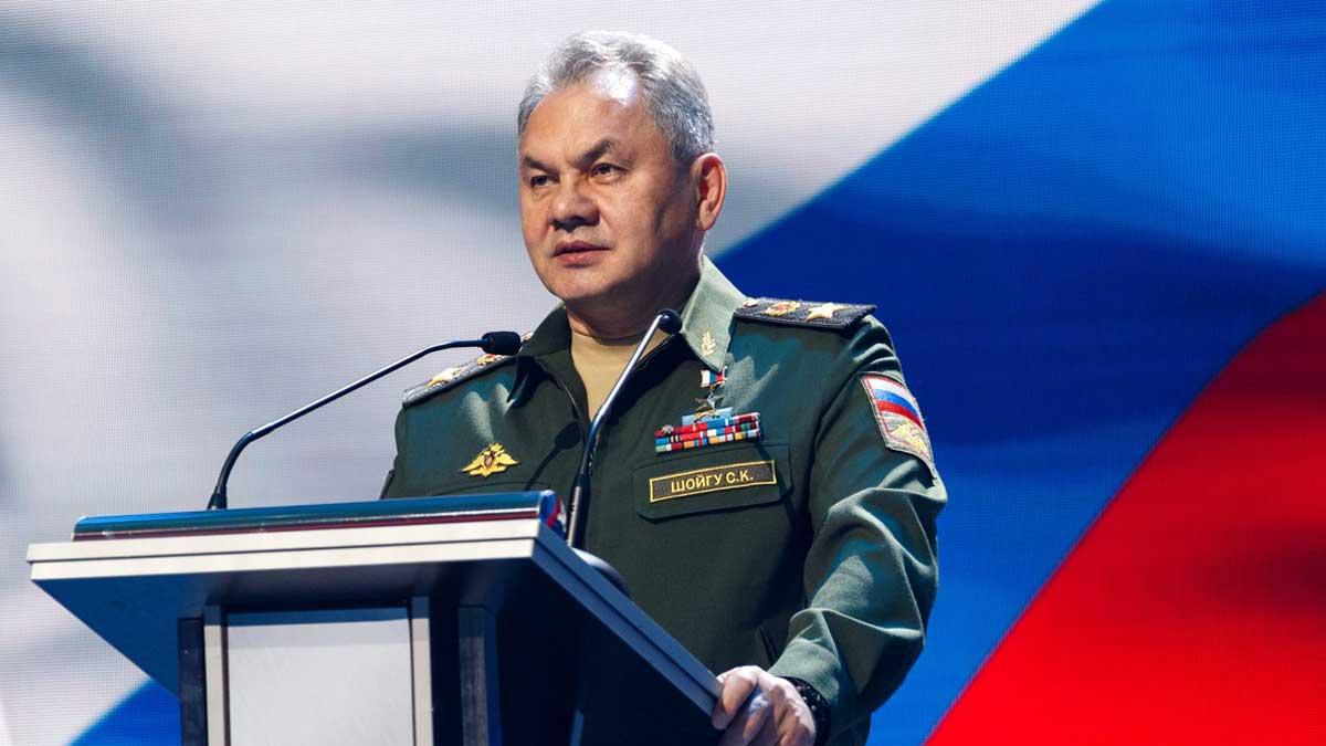 Министр обороны РФ Сергей Шойгу трибуна флаг России