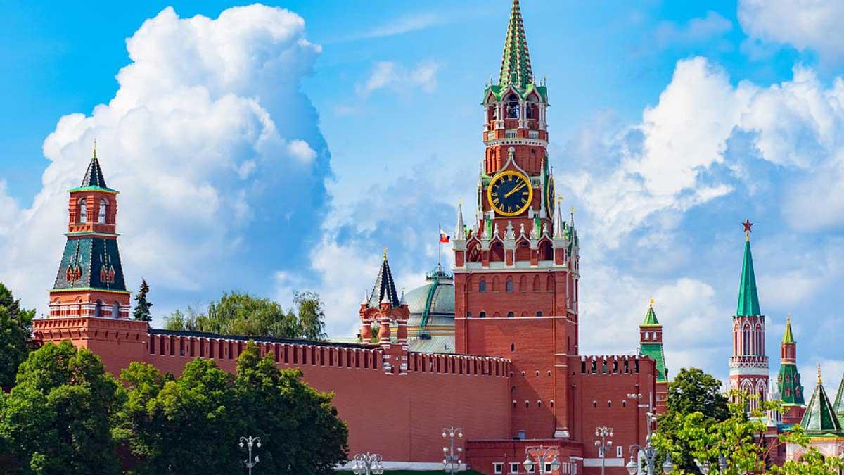Москва Кремль часы небо
