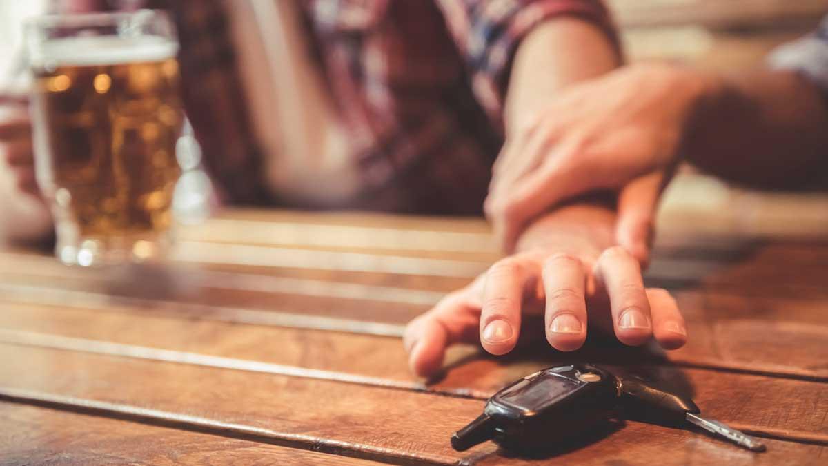 Мужчина пиво алкоголь ключи автомобиля