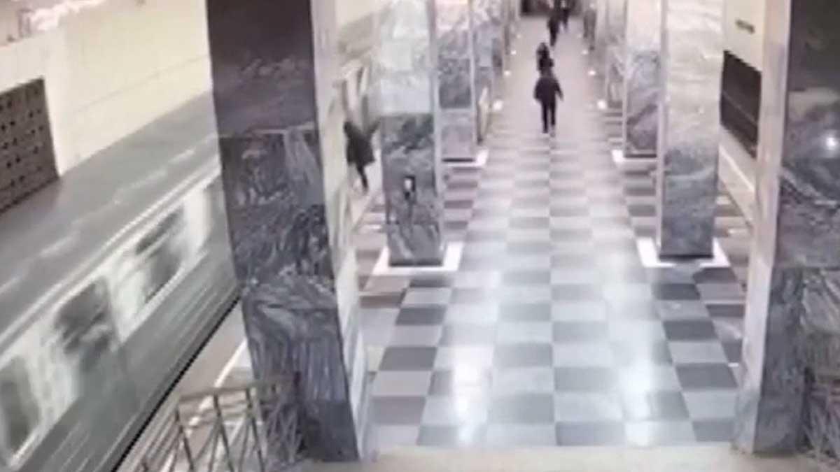 Мужчину в ходе конфликта столкнули на рельсы на станции Сокольники