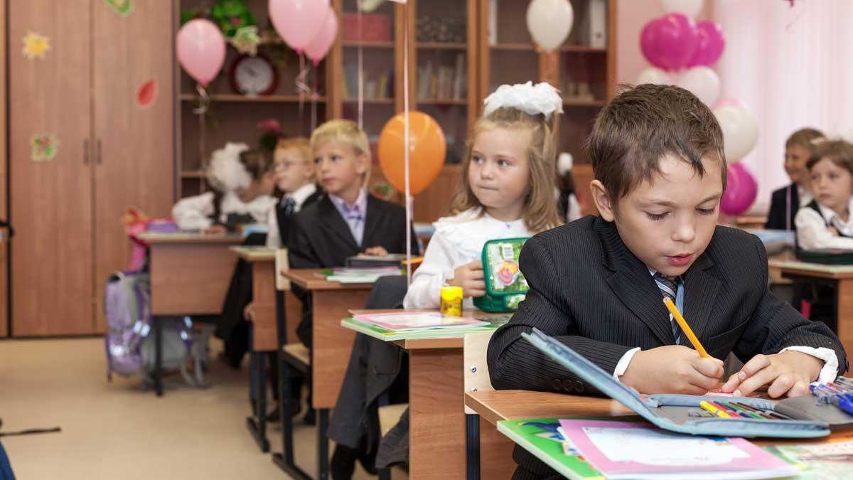 Первый класс школа парты ученики шарики