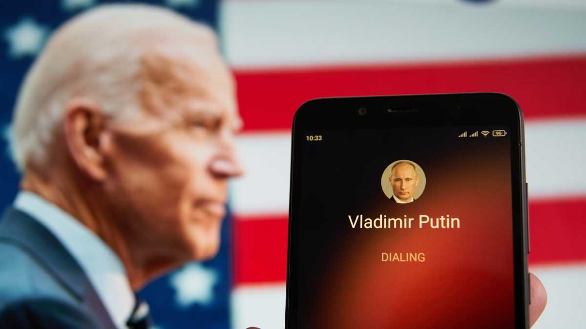 Смартфон с контактом Владимира Путина и Джо Байдена