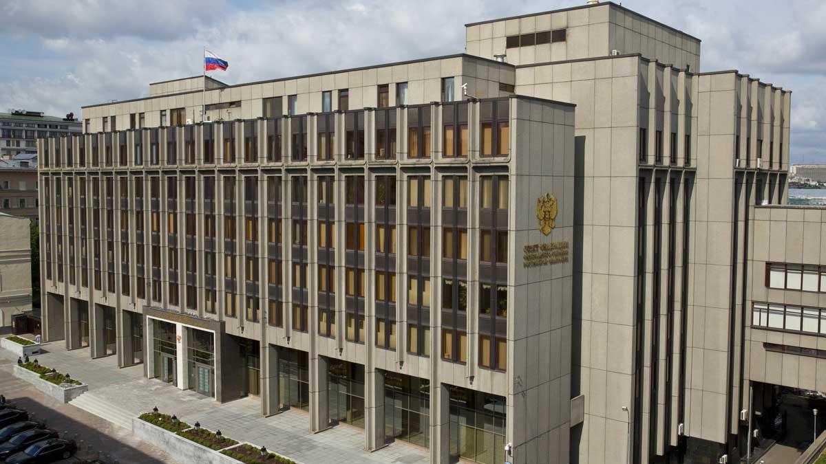 Совет Федерации здание флаг небо
