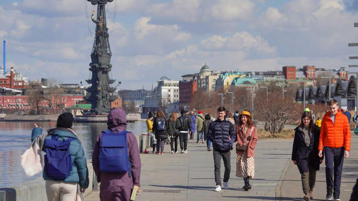 Теплый и солнечный день в Москве