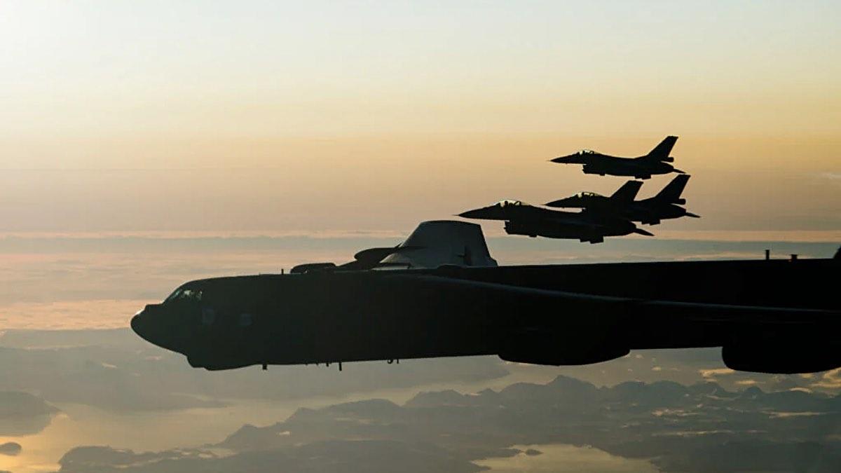 Три F-16 ВВС Норвегии и B-52H ВВС США пролетают над Баренцевым морем за Полярным кругом