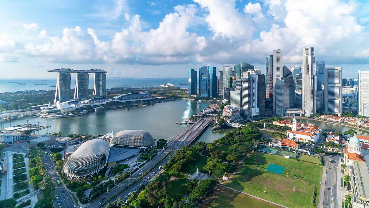 Вид с воздуха на облачное небо на горизонте Марина-Бей Сингапур