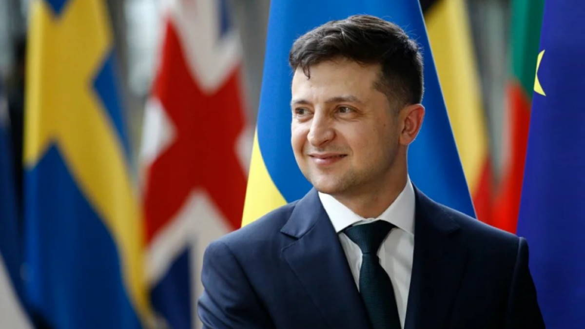 Владимир Зеленский на фоне флагов