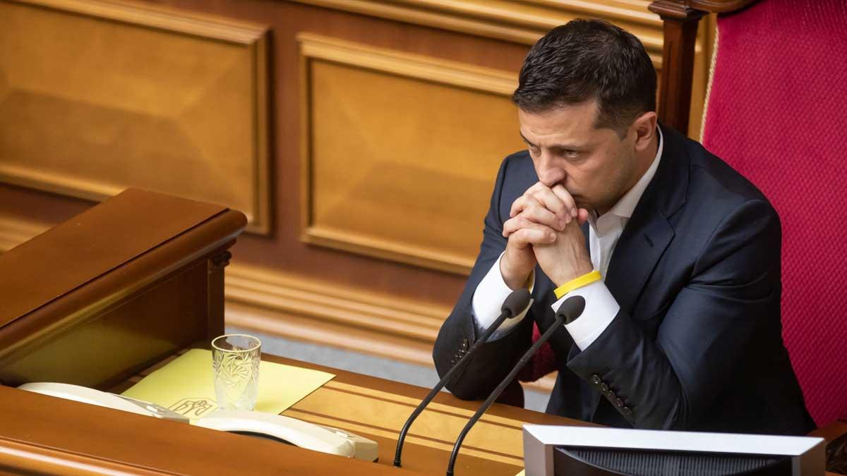 Владимир Зеленский думает микрофон стакан с водой