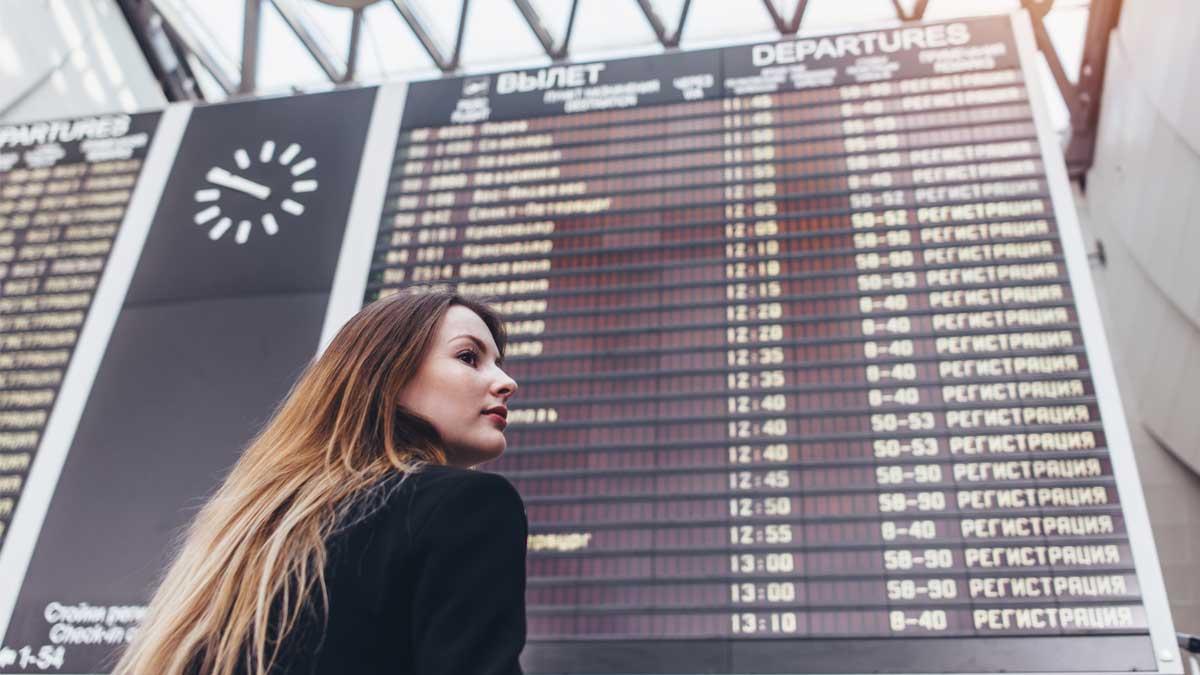 девушка табло аэропорт вылет