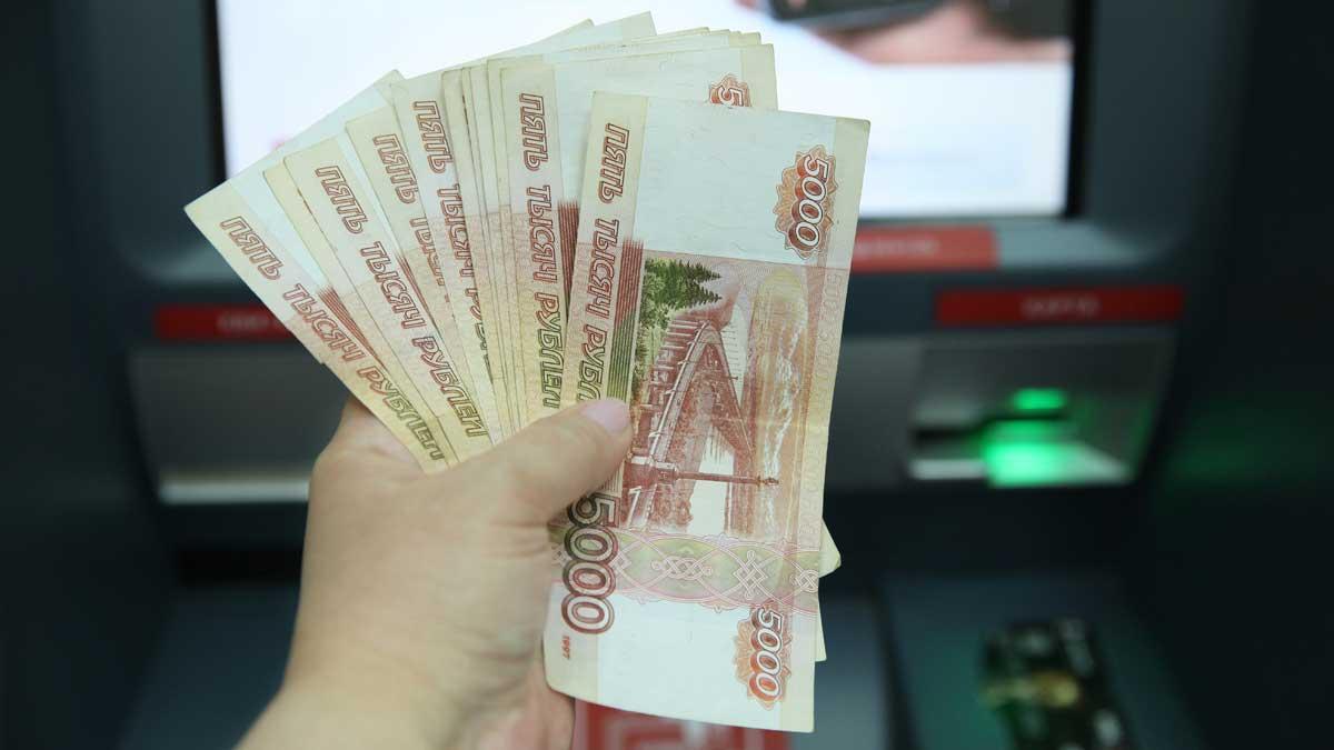банкомат деньги рубли купюры рука