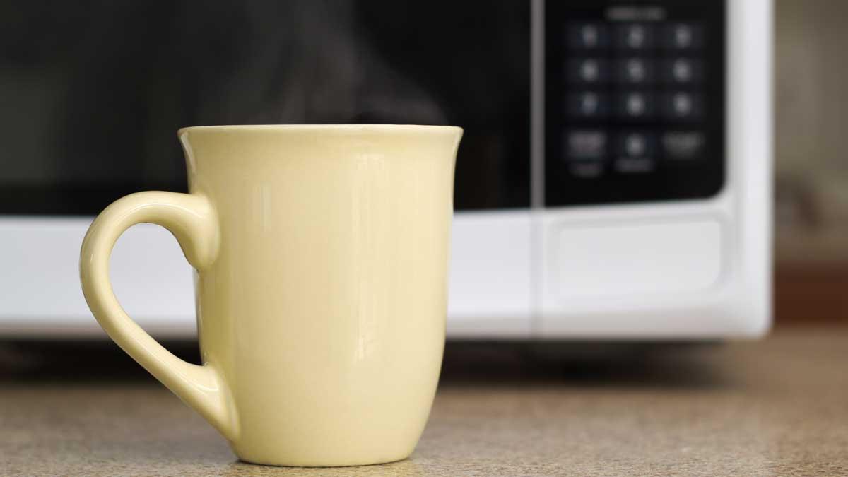 чашка горячего чай микроволная печь