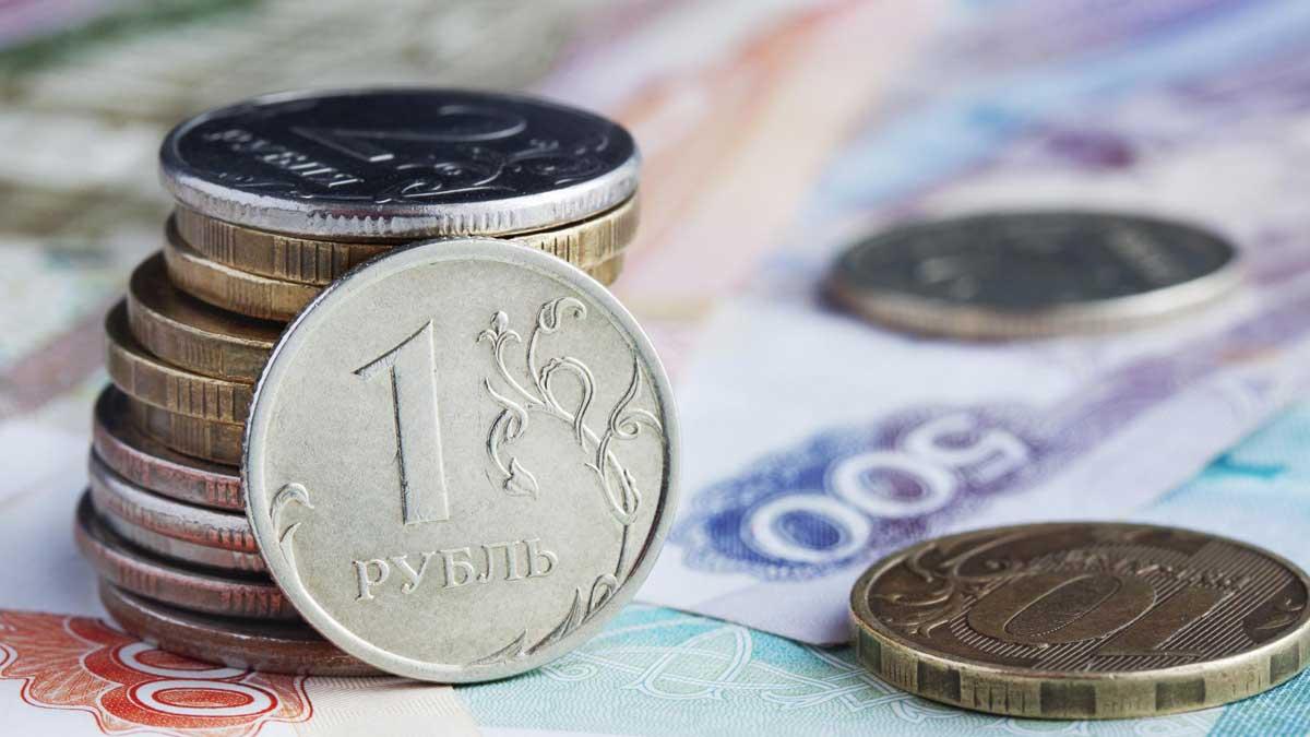 деньги рубли купюры на столе