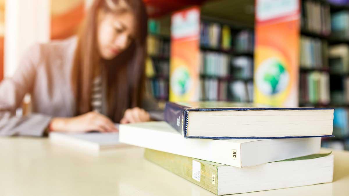 девушка читает библиотека учебники книги
