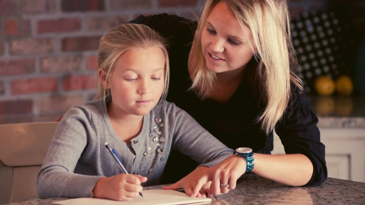 репетитор занимается уроками с ребенком