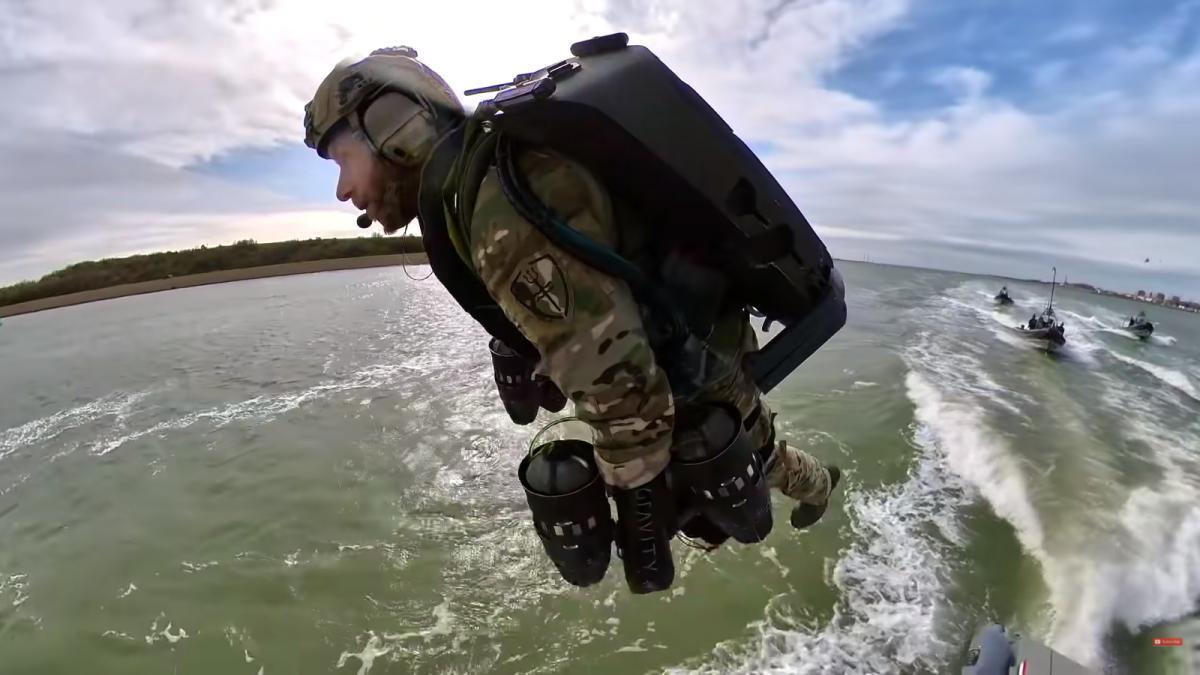 морской пехотинец летит на реактивном ранце