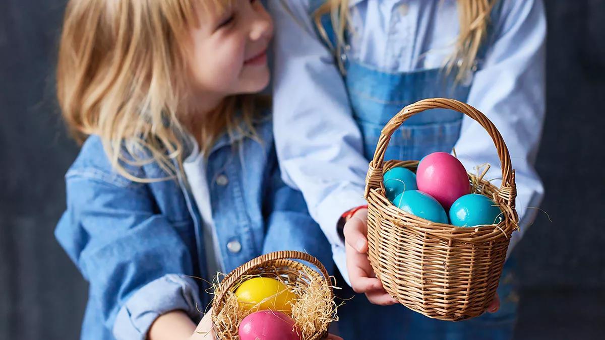 крашеные пасхальные яйца и девочка