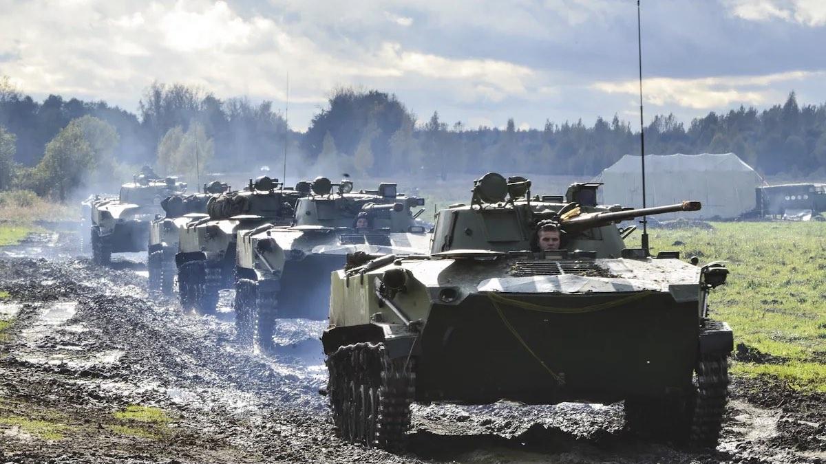 колонна военной техники на учениях