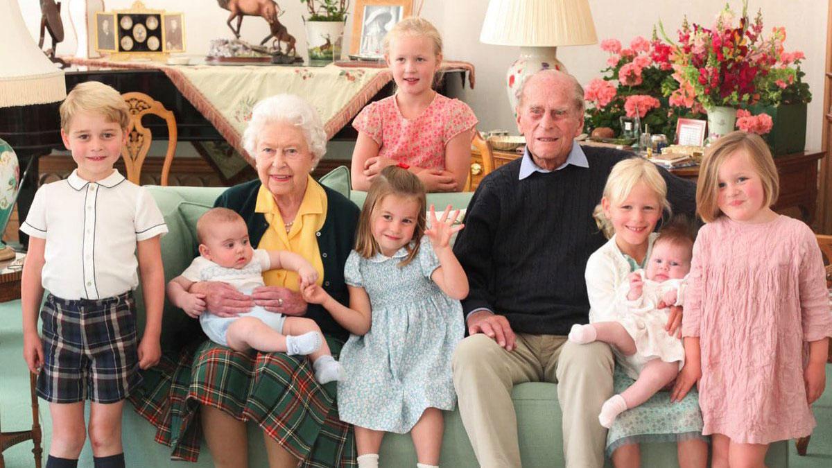 королева елизавета II и принц филипп с правнуками
