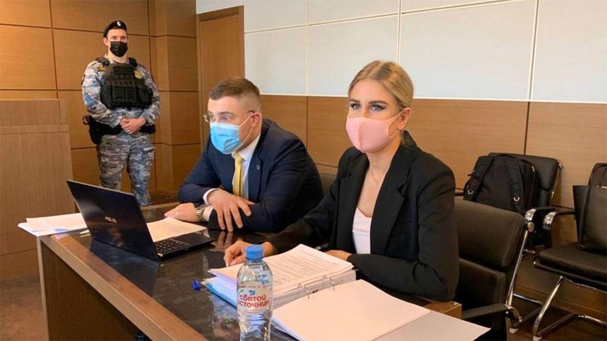 Любовь Соболь с адвокатом в суде
