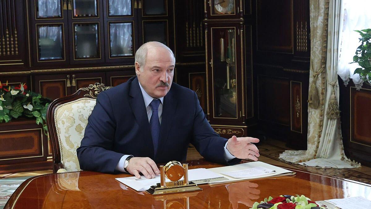 Президент Республики Беларусь Александр Лукашенко за столом в кабинете
