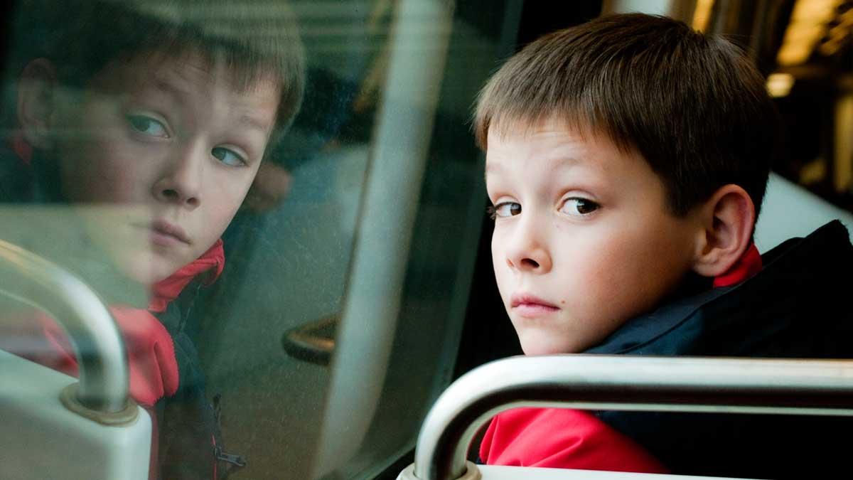 мальчик сидит в автобусе