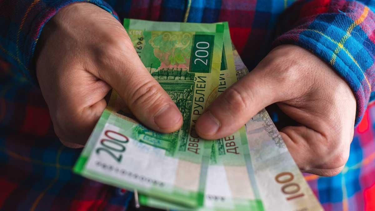 мужчина деньги цветная рубашка