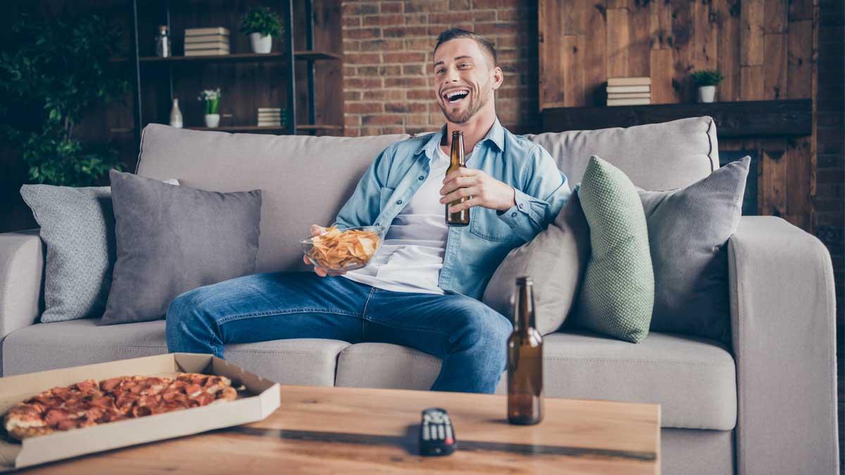 мужчина пьет ест сидит