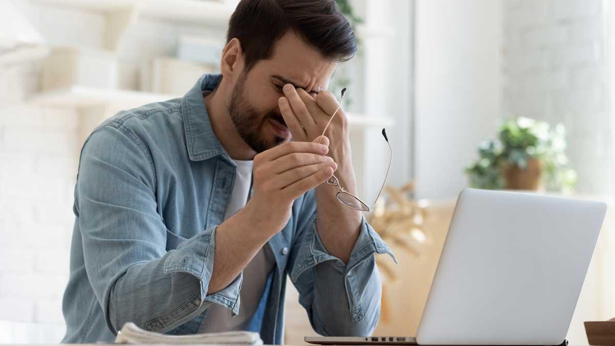 мужчина устал ноутбук стол очки