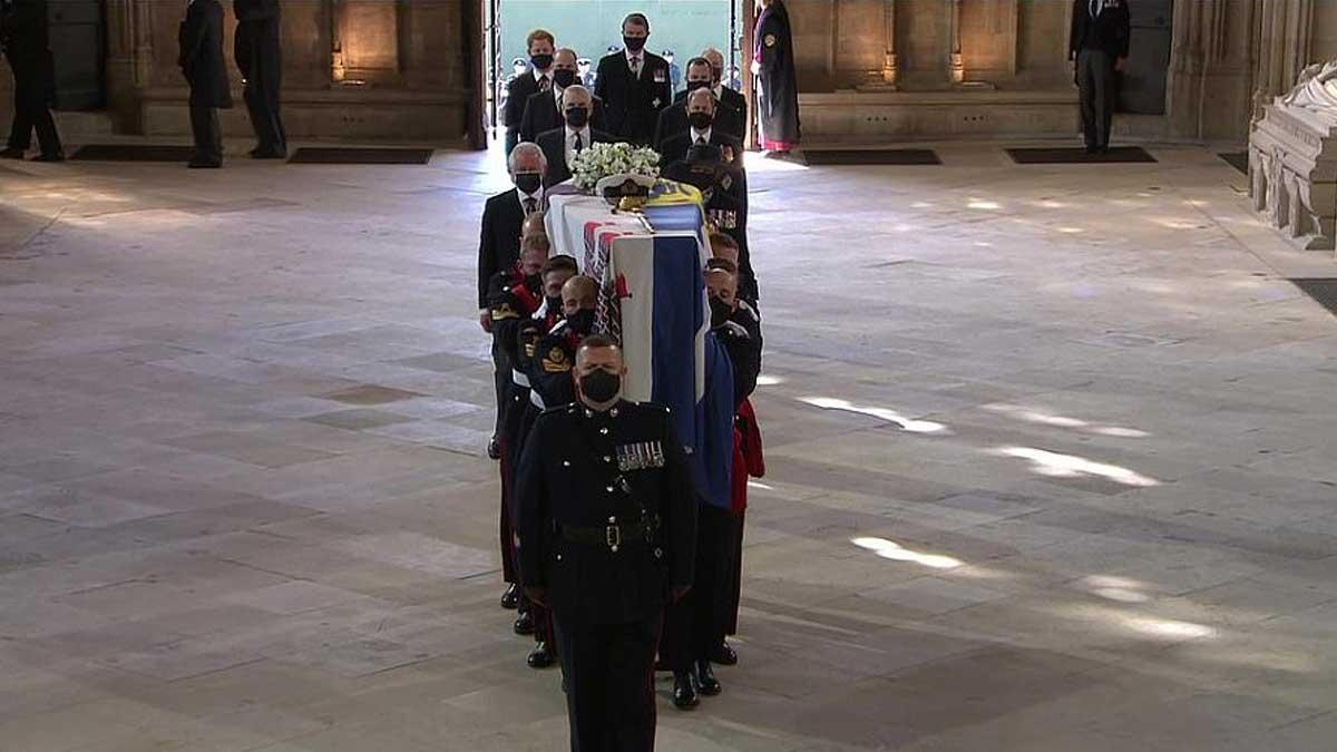 несут гроб принца Филиппа