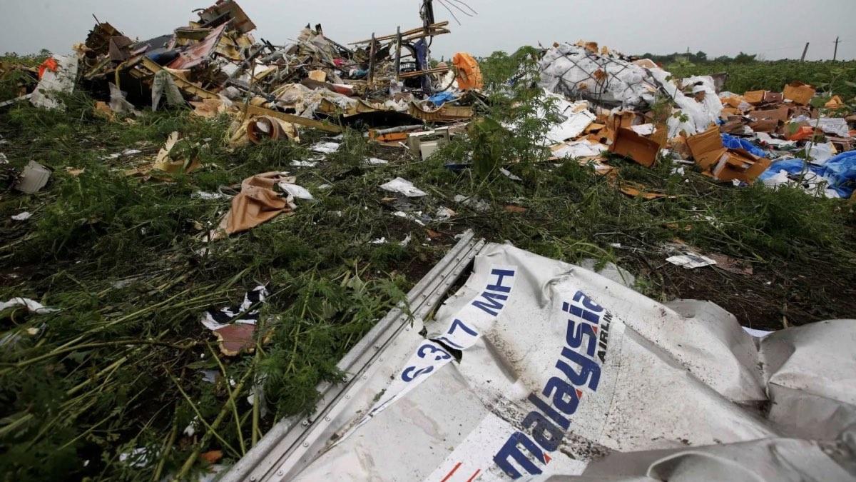 обломки самолета МН17 на месте катастрофы