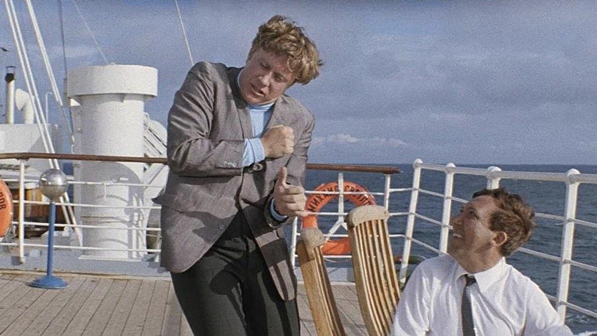 """Кадр из фильма """"Бриллиантовая рука"""", Андрей Миронов исполняет песню """"Остров невезения"""""""
