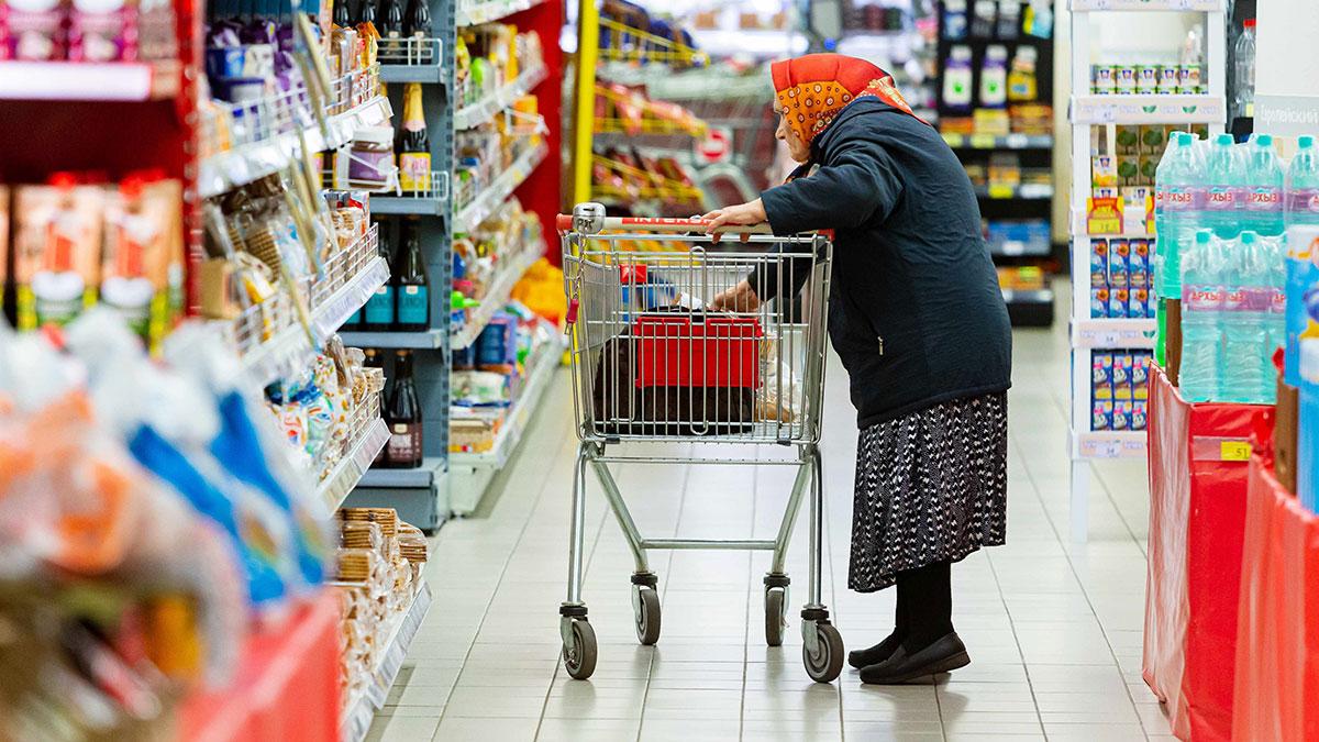пенсионерка в торговом зале супермаркета бедность