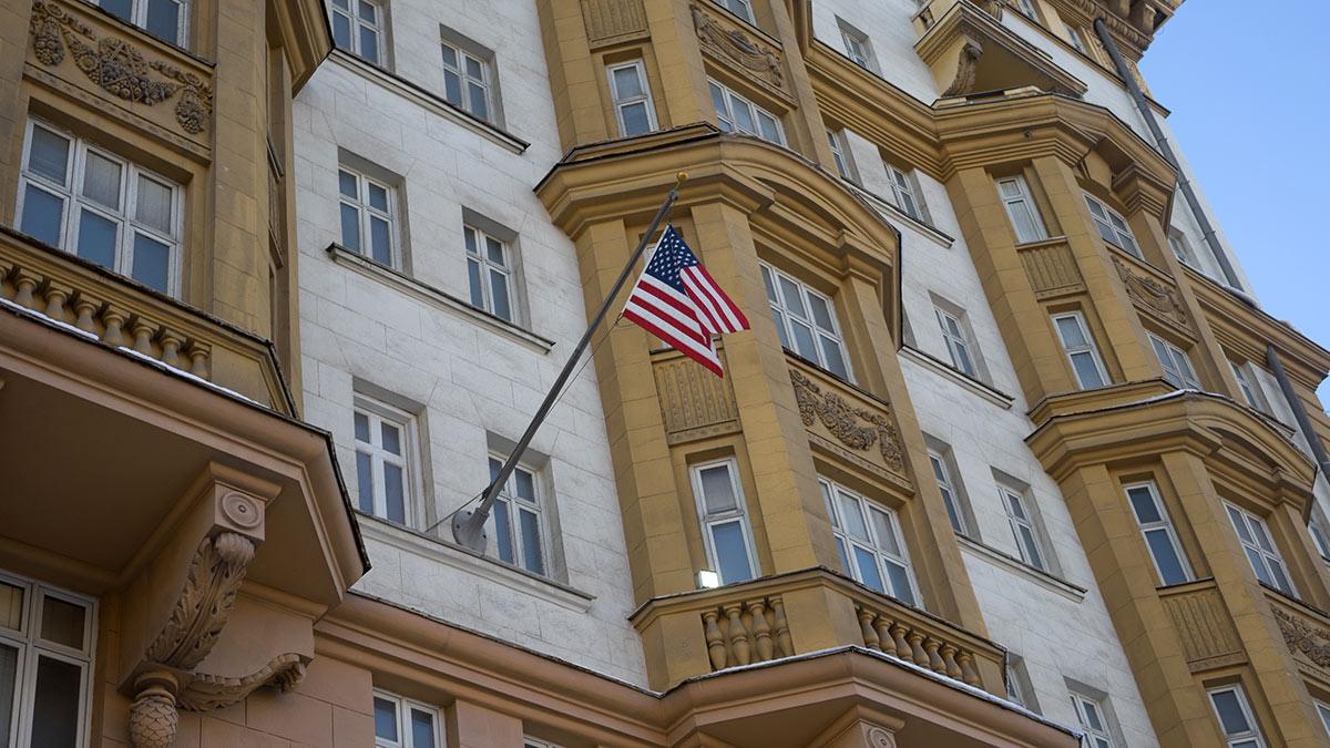 Здание посольства США в москве флаг