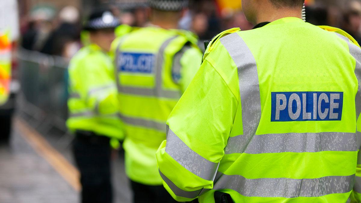 британские английские полицейские в жилетах