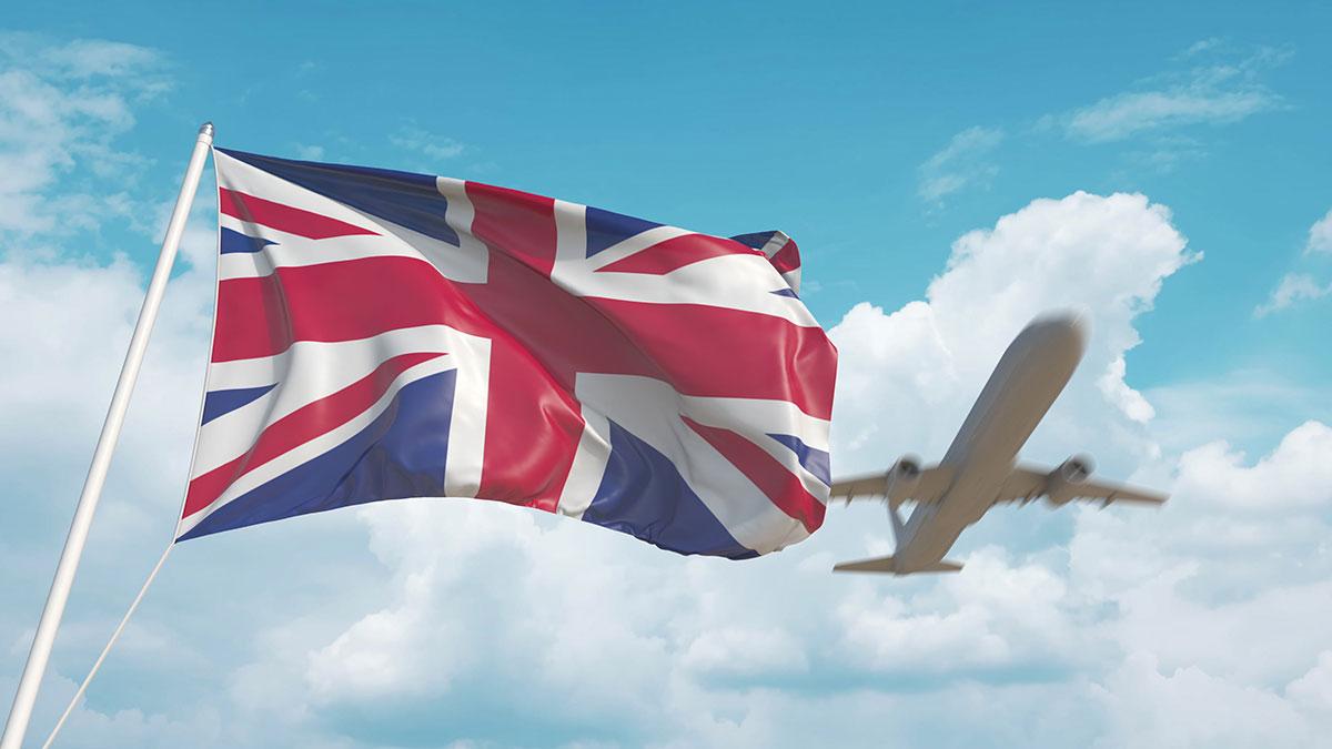 Британский флаг и самолет заходящий на посадку