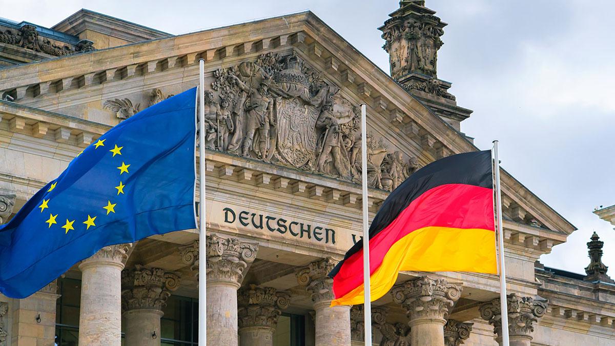 флаги евросоюза и германии у здания Рейхстага