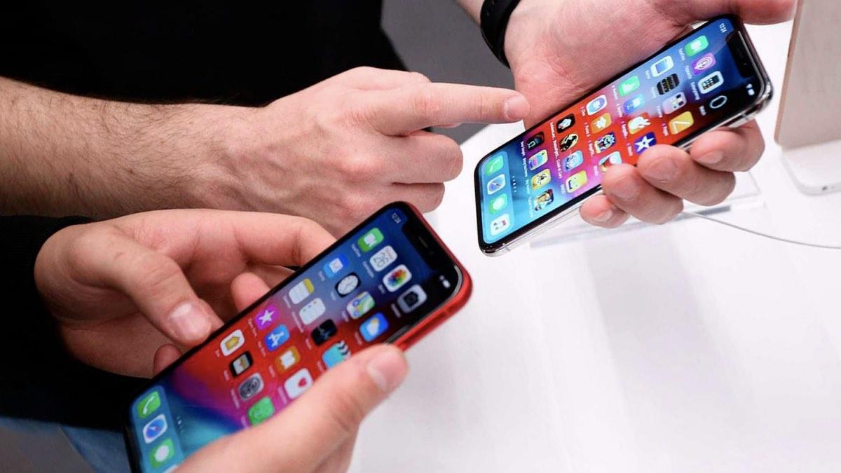 смартфоны в руках людей