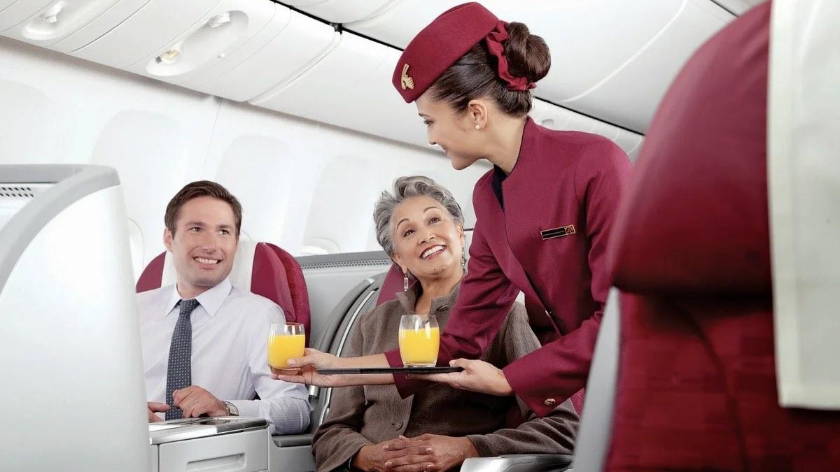 стюардесса с напитками