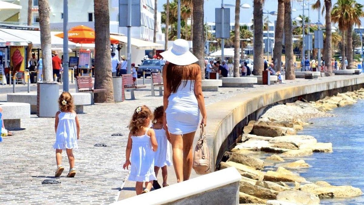 туристы на пляже Кипра