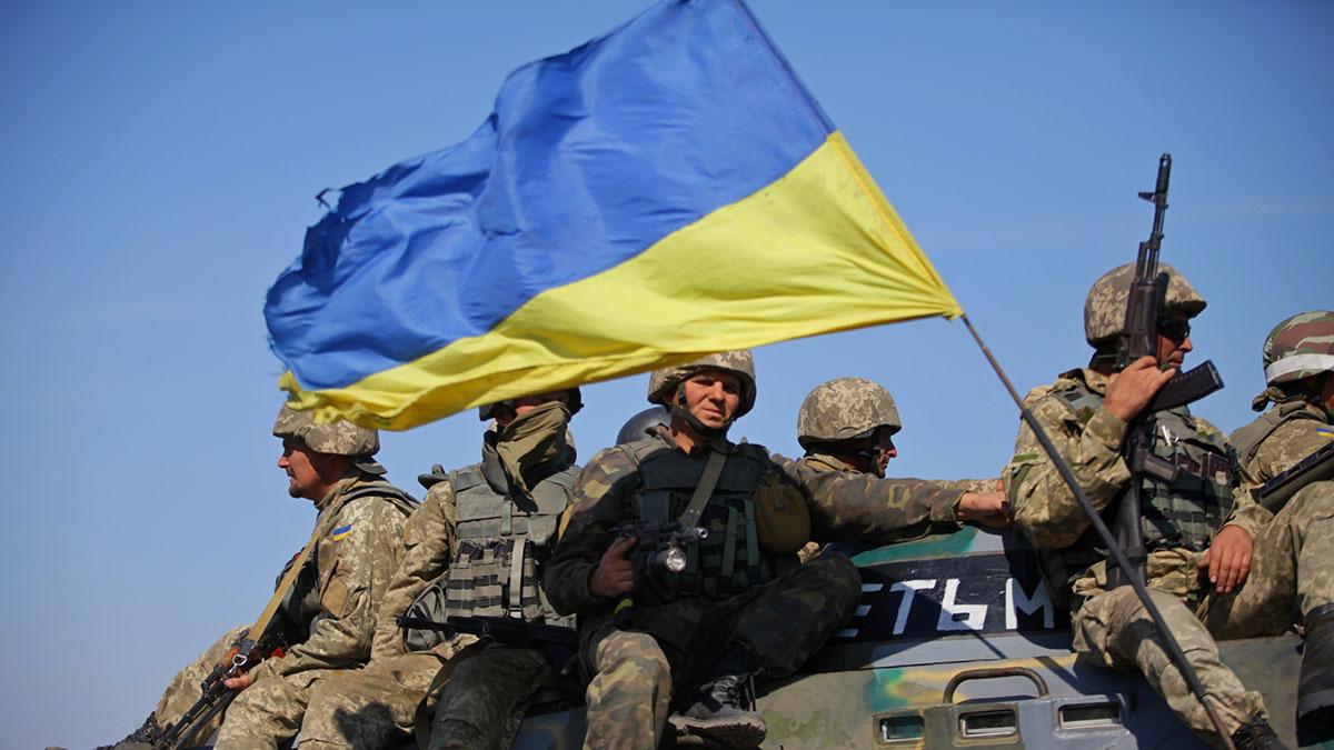 всу украины солдаты на танке с флагом
